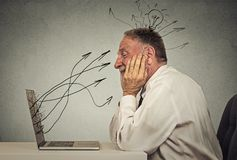 De bedrijfsmens die aan computer in bureau het dromen werken heeft idee Stock Foto
