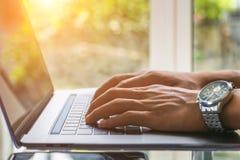 De bedrijfsmens die aan laptop werken, sluit omhoog van handen van de bedrijfsmens, Bedrijfsconcept Royalty-vrije Stock Foto