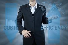 De bedrijfsmens die en stelt kosten en efficiency, financiën bevinden zich voor Royalty-vrije Stock Foto
