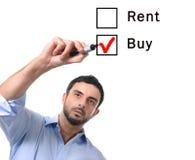 De bedrijfsmens die huur kiezen of koopt optie bij het concept van formuleonroerende goederen Royalty-vrije Stock Foto's