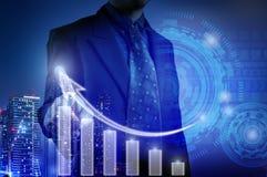 De bedrijfsmens die op witte grafiek voor bedrijfsdie de groeiconcept richten en inspecteert grafieken door interactieve vertonin royalty-vrije illustratie