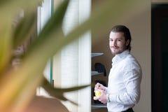 De bedrijfsmens drinkt een koffie, bureau Royalty-vrije Stock Foto