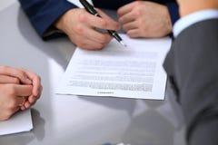 De bedrijfsmens gaat contract ondertekenen Groep bedrijfsmensen op vergadering Royalty-vrije Stock Afbeeldingen