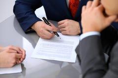 De bedrijfsmens gaat contract ondertekenen Groep bedrijfsmensen op vergadering Stock Afbeeldingen