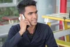 De bedrijfsmens gebruikt een smartphone Stock Foto's