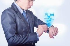 De bedrijfsmens gebruikt slim horloge met het concept van het technologiepictogram Royalty-vrije Stock Foto's