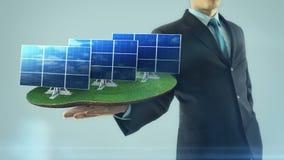 De bedrijfsmens heeft op hand het groene energieconcept animatiezonnepaneel bouwt stock video