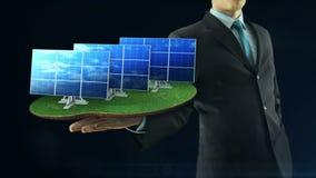 De bedrijfsmens heeft op hand het groene energieconcept de zwarte van het animatiezonnepaneel bouwt vector illustratie