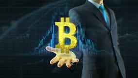 De bedrijfsmens, het contante geldpictogram van de zakenmangreep bitcoin op de handgroei van citaten, munt, uitwisseling groeit c stock video