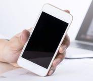 De bedrijfsmens houdt lege het schermtelefoon voor spot tegen Royalty-vrije Stock Afbeelding