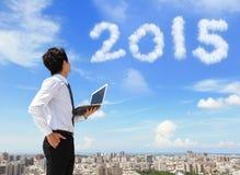 De bedrijfsmens kijkt aan de wolk van 2015 Stock Foto's