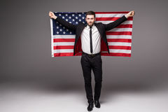 De bedrijfsmens in kostuumholding de V.S. markeert van zijn rug met open mond Stock Afbeeldingen