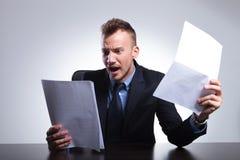 De bedrijfsmens leest zijn rekeningen Stock Foto's