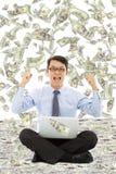 De bedrijfsmens maakt een overwinningsgebaar met geldregen Stock Afbeelding