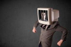 De bedrijfsmens met monitor op zijn hoofd traped in een digitale syst stock fotografie