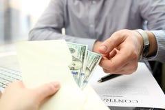 De bedrijfsmens neemt een omkoperij tijdens het ondertekenen een contract royalty-vrije stock afbeeldingen