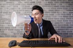 De bedrijfsmens neemt microfoon Royalty-vrije Stock Foto