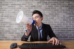 De bedrijfsmens neemt microfoon Stock Afbeelding