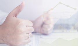 De bedrijfsmens is optimistisch met zijn inkomensgrafiek met omhoog duimen Royalty-vrije Stock Afbeeldingen