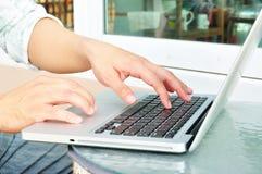 De bedrijfsmens overhandigt bezige gebruikende laptop Stock Fotografie