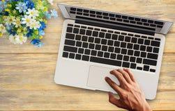 De bedrijfsmens overhandigt bezige gebruikende laptop computer Royalty-vrije Stock Afbeelding