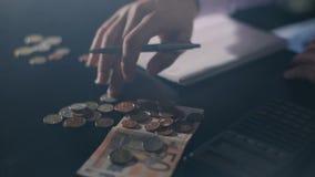 De bedrijfsmens overhandigt het tellen moneysavings, financiën, economie en huisconcept - sluit omhoog van de mens met calculator stock footage