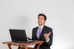De bedrijfsmens schijnt om kwesties op zijn laptop te hebben Stock Foto