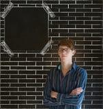 De bedrijfsmens, studenten of leraarswapens vouwden de achtergrond van het de raadsbord van het bakstenen muurbericht Stock Foto
