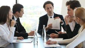 De bedrijfsmens toont grafiek op vergadering stock footage