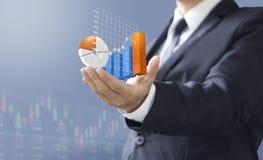 De bedrijfsmens toont de investering van het verhogingsmarktaandeel Royalty-vrije Stock Foto
