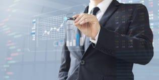 De bedrijfsmens toont de investering van het verhogingsmarktaandeel Stock Foto