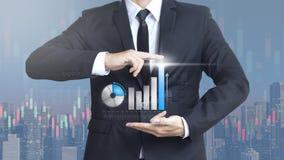 De bedrijfsmens toont de investering van het verhogingsmarktaandeel Stock Fotografie