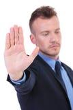 De bedrijfsmens toont u zijn palm Royalty-vrije Stock Afbeeldingen