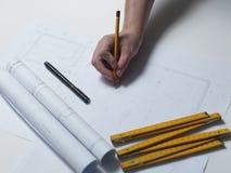 De bedrijfsmens trekt gebouwen en stelt zijn architecturale projec voor Stock Fotografie