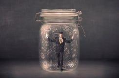 De bedrijfsmens ving in glaskruik met hand getrokken media pictogrammen c royalty-vrije illustratie