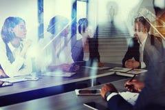 De bedrijfsmens werkt togheter in bureau Concept groepswerk en vennootschap Dubbele blootstelling royalty-vrije stock foto