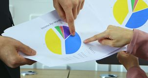 De bedrijfsmensen bespreken over grafieken van inkomen stock footage