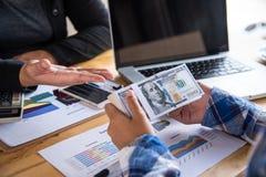 De bedrijfsmensen coördineren de financiële zaken, bank van stock afbeelding