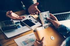 De bedrijfsmensen coördineren de financiële zaken, bank van stock afbeeldingen