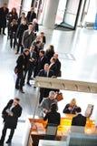 De bedrijfsmensen die bij tentoonstelling en handel wachten tonen Stock Foto's