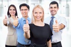 De bedrijfsmensen die duimen tonen ondertekenen omhoog Stock Fotografie