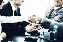 De bedrijfsmensen die handen schudden, makend een overeenkomst, het eindigen omhoog komen samen royalty-vrije stock fotografie