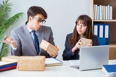 De bedrijfsmensen die nieuwe post en pakketten ontvangen stock afbeelding