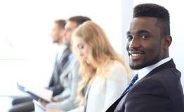 De bedrijfsmensen die op de baan wachten interviewen stock afbeelding