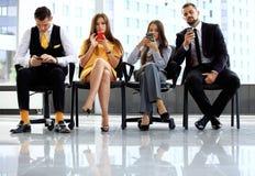 De bedrijfsmensen die op baan wachten interviewen Stock Afbeelding