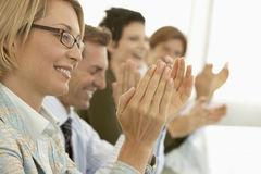 De bedrijfsmensen die op Conferentie toejuichen dienen in Stock Afbeeldingen