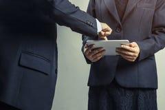 de bedrijfsmensen die, raadplegen en op taplet richten kijken Royalty-vrije Stock Foto