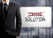 De bedrijfsmensen dwarscrisis en vindt oplossing stock afbeeldingen