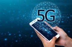 De bedrijfsmensen gebruiken globale communicatie telefoons in het 5g systeem stock foto's
