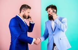 De bedrijfsmensen gebruiken de moderne technologieën van Internet voor mededeling Bezig met gesprek bevestig regelingen Vraag stock foto's